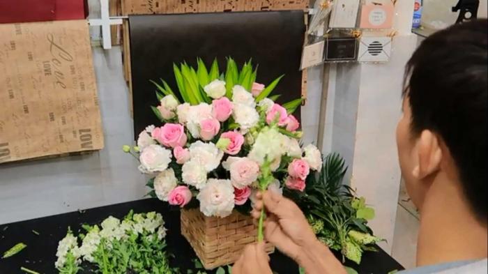 Hướng dẫn cắm giỏ hoa 1 mặt kiểu hiện đại 2067718501